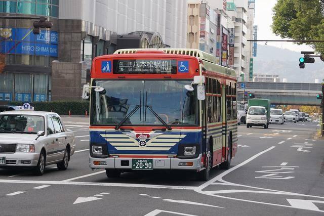 広島駅前を発車した創立90周年記念復刻塗装車