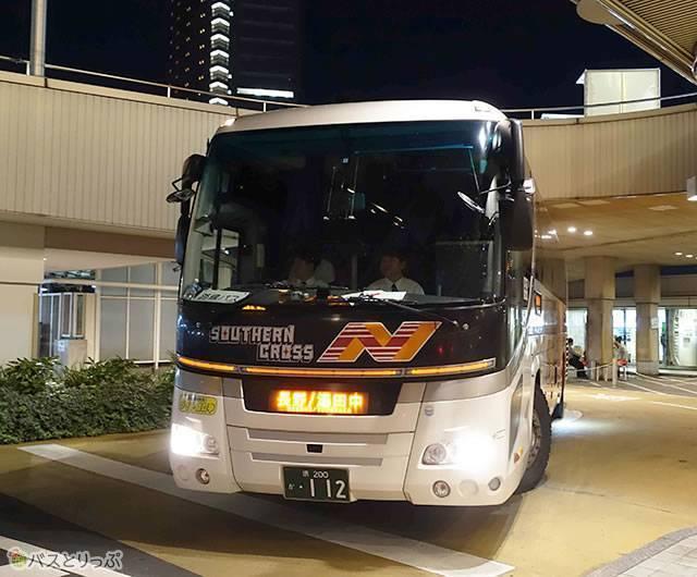 乗車するバス