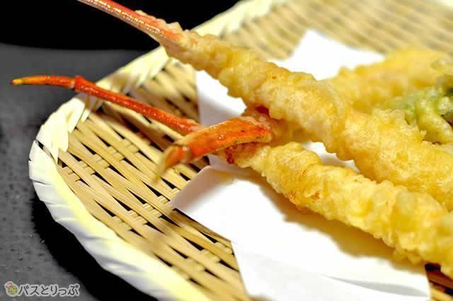 焼きとは違った食感と旨みが味わえるカニの天ぷら