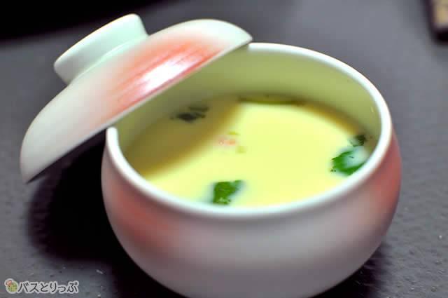 カニのお出汁が効いた茶碗蒸しは、ほぐされた身がぎっしり