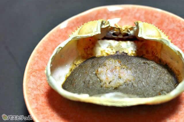 焼くことで旨みが凝縮されたカニ味噌は口の中で風味が広がる