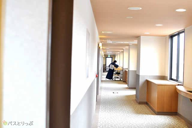 明るく清潔感のある廊下