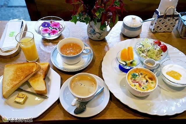 朝食はア・ラ小布施のカフェで、中庭から差し込む朝の光と一緒にいただきます