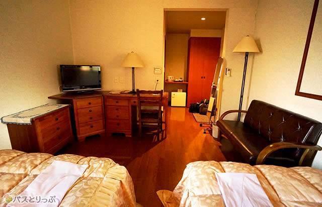 TV・デスク・ソファなど滞在中も部屋ゆったりとくつろげます