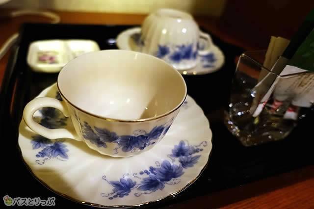 備え付けのカップもおしゃれな陶器製
