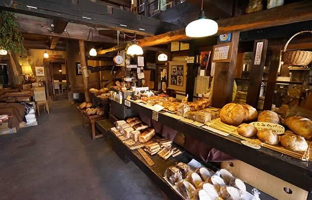 一歩店内に入ると焼きたてのパンの香りが立ちこめています
