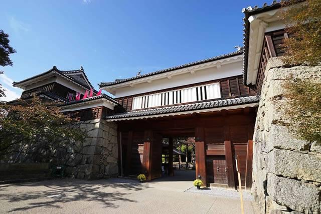 201511000_izumo_5_02.jpg現在は天守閣はありませんが、この立派な櫓門が訪れる観光客を迎えてくれます