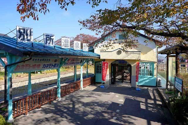 別所温泉駅 山奥の湯治場にふさわしい趣のある駅舎